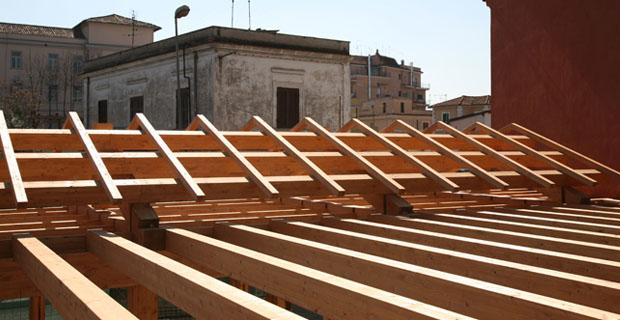 Roma la prima casa in paglia costruita nella capitale for Piani di casa di balle di paglia di struttura in legno