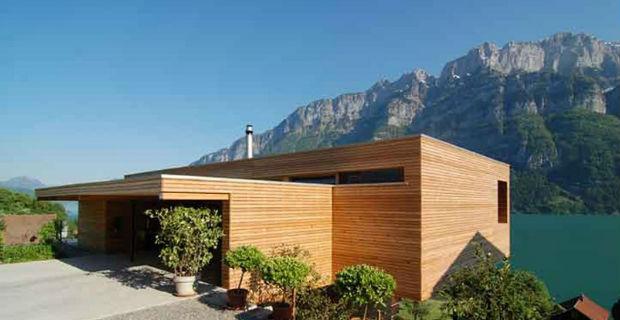 Sfumature di legno nella casa unifamiliare tra il lago e for Case di legno del paese del lago