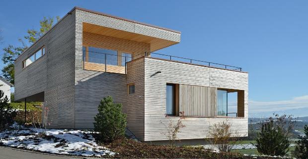 Sfumature di legno nella casa unifamiliare tra il lago e for Piani casa unifamiliare