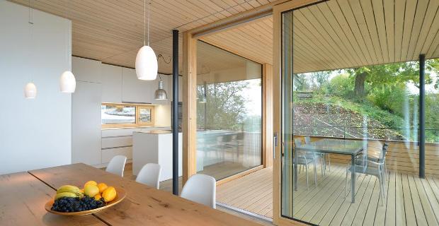 Sfumature di legno nella casa unifamiliare tra il lago e for Lotti in piano casa fronte lago