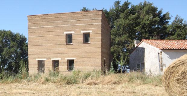 Case Rurali Toscane : Casa rurale costruita con la tecnica della terra pisè nella campagna