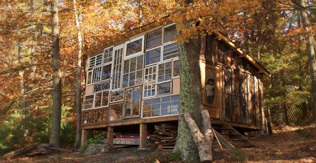 Finestre riciclate rivivono in una baita nel bosco for Baita di legno