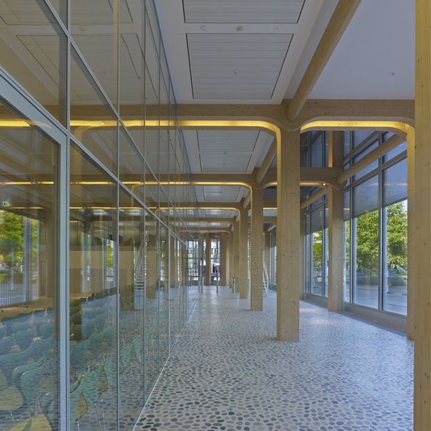 caption:Lo spazio tra la pelle di vetro esterna e l'interno vero e proprio della struttura. © Blumer-Lehmann AG