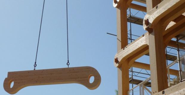 caption:Il processo di assemblaggio di Tamedia: in primo piano una delle traverse ovali della struttura. © Blumer-Lehmann AG