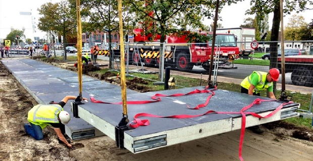 caption:Gli operai montano i pannelli solari sul primo tratto del progetto pilota a nord di Amsterdam.