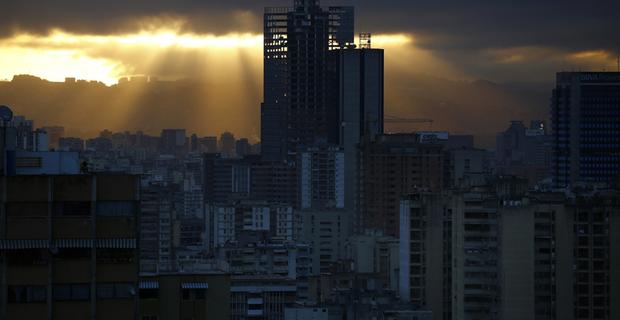La torre svetta come uno scheletro spiritato sul resto della città, simboleggiando i sogni infanti di molti cittadini che speravano nell'impennata dell'econia Venezuelana. © REUTERS/Jorge Silva