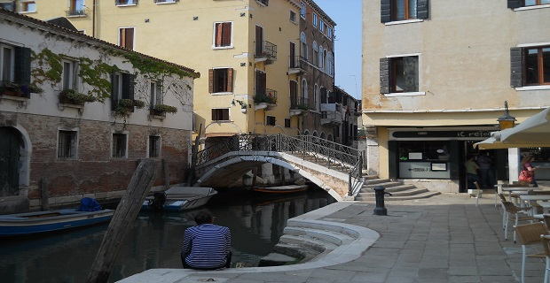 caption: ponte su un canale di Venezia.