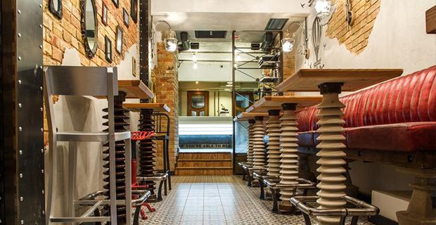 Riciclo e arredamento gli interni del bar da oggetti for Materiali per mobili