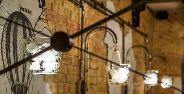 Riciclo e arredamento: gli interni del bar da oggetti industriali