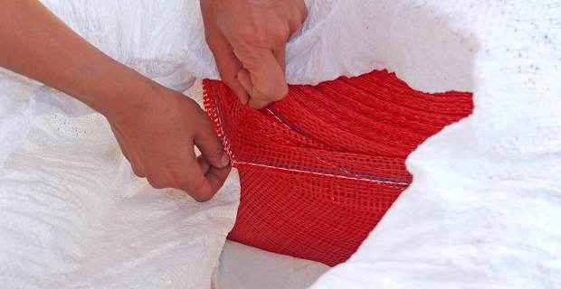 caption: il rotolo di sacchi in polipropilene non tagliati. Reperirli non è difficile, si possono domandare ai produttori chiedendo un rotolo di sacchi non ancora tagliati in unità singole.