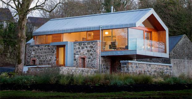Pietra e acciaio per il recupero di un vecchio fienile for Moderni piani casa fienile