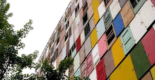 caption: Il sistema di facciata per un edificio di Seul, ideato da Choi Jeong-Hwa, la cui trama è un patchwork di mille porte riciclate colorate e differenti fra loro. Foto da choijeonghwa.com