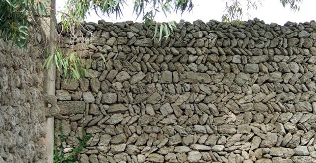 caption: Muro a secco con struttura a spina di pesce.