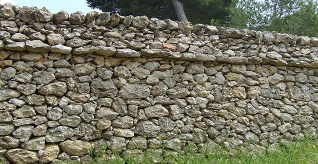 caption: Muro a secco con struttura tipo cordonato.