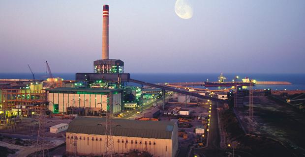 """caption: Una delle centrali a carbone rilevate dall'ENEL in Spagna. Immagine tratta dalla pagina web della controllata Endesa, che presenta questo ecomostro costruito sulle rive del Mediterraneo come gestito nel rispetto dell'ambiente in quanto """"certificato ISO 14001"""" dall'ente spagnolo di normazione AENOR."""