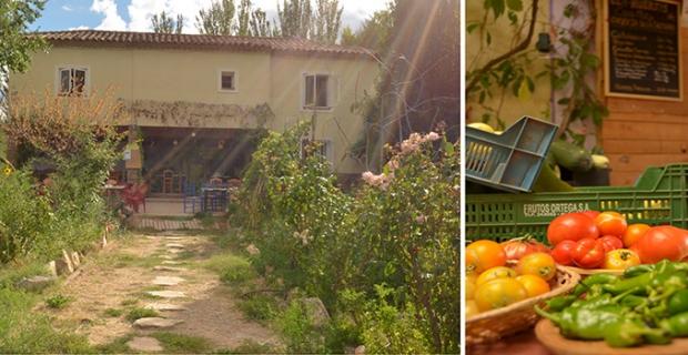 caption: Casa Maty in Spagna, sede di un'associazione che offre l'opportunità di assaporare uno stile di vita ecologico offrendo pasti salutari e mettendo a disposizione terreni in cui coltivare verdure biologiche. Sarà una delle prime tappe del viaggio.