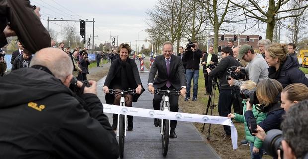 caption: L'inaugurazione della pista ciclabile Solar Road nel novembre 2014. Immagine da ConsumatoreDigitale.com
