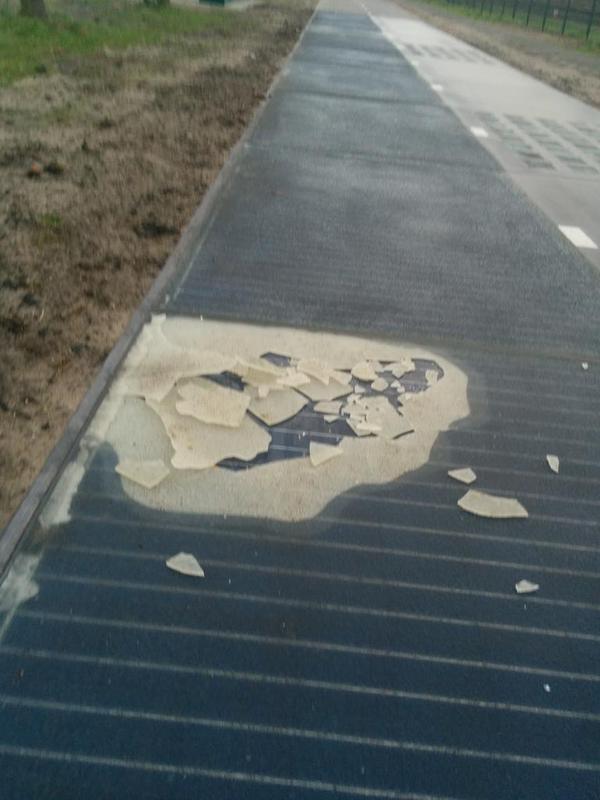 caption: Le crepe del vetro della pista dovute all'uso. Immagine dall'account Twitter @PercyTwits.