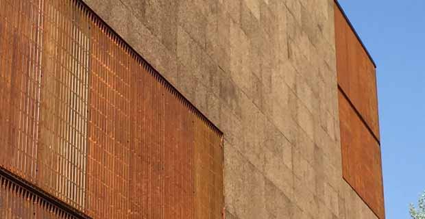 caption: Padiglione del Brasile, dettagli del pannello di sughero alternato ad acciaio Corten.
