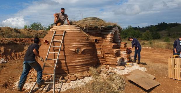 Superadobe e Earthbags: costruire in terra cruda