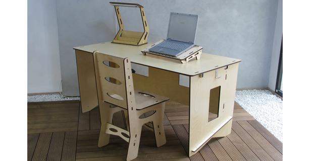 caption: Sedia, scrivania con porta computer e lampada.