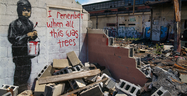 """I remember when all this was trees"" di Banksy."
