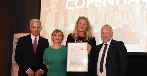 Tina Saaby, City Architect della Municipalità di Copenaghen, riceve dalla Academy of Urbanism, il premio European City of the Year 2017. Immagine di Academy of Urbanism.