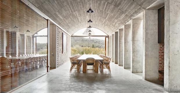 Cantina mont ras un incontro poetico tra vino e architettura - Mobili da cantina ...