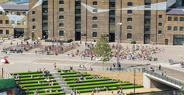 La piazza Granary Square di King's Cross a Londra.