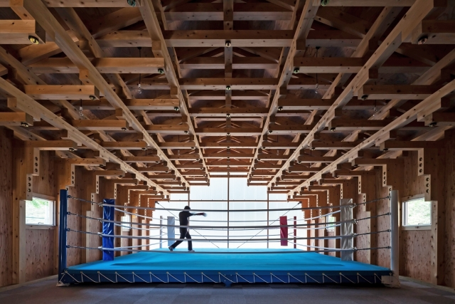 L'interno del Boxing Club in legno.